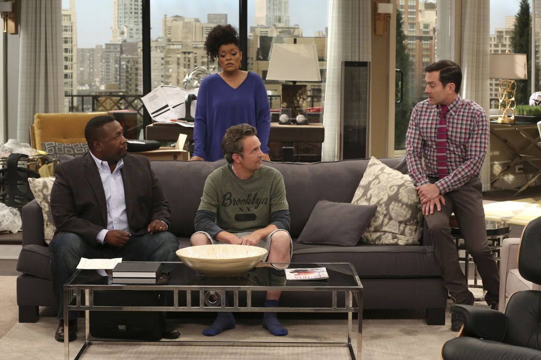 Im Gespräch mit Felix (Thomas Lennon, r.) entlarven Teddy (Wendell Pierce, l.), Dani (Yvette Nicole Brown, hinten M.) und Oscar (Matthew Perry, vorn... - Bildquelle: Michael Yarish 2014 CBS Broadcasting, Inc. All Rights Reserved