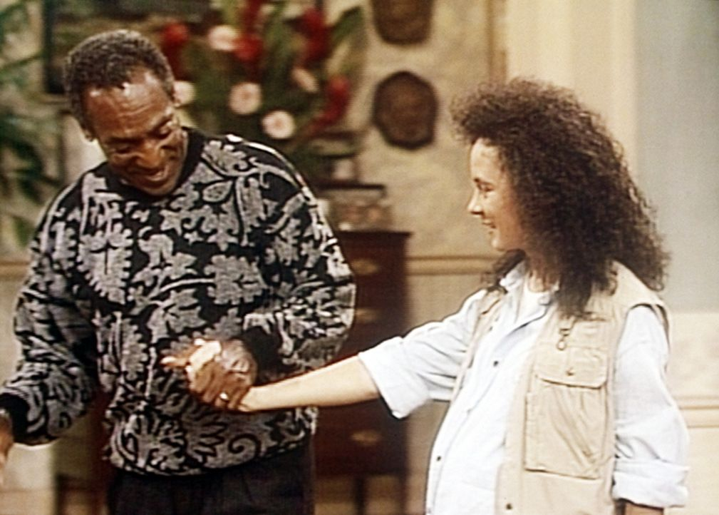 Cliff (Bill Cosby, l.) kümmert sich um seine hochschwangere Tochter Sondra (Sabrina LeBeauf, r.) und versucht, ihr alles so angenehm wie möglich z... - Bildquelle: Viacom