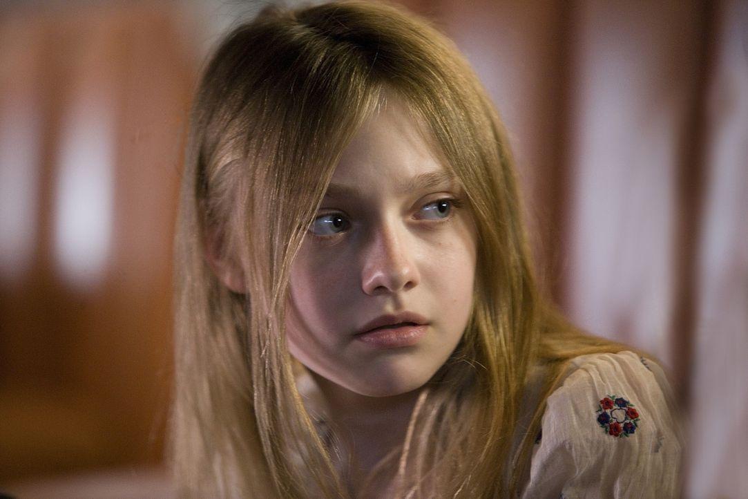 Muss mit den Folgen eines überlebten Amoklaufs zu Recht kommen: Anne (Dakota Fanning) ... - Bildquelle: Constantin Film Verleih