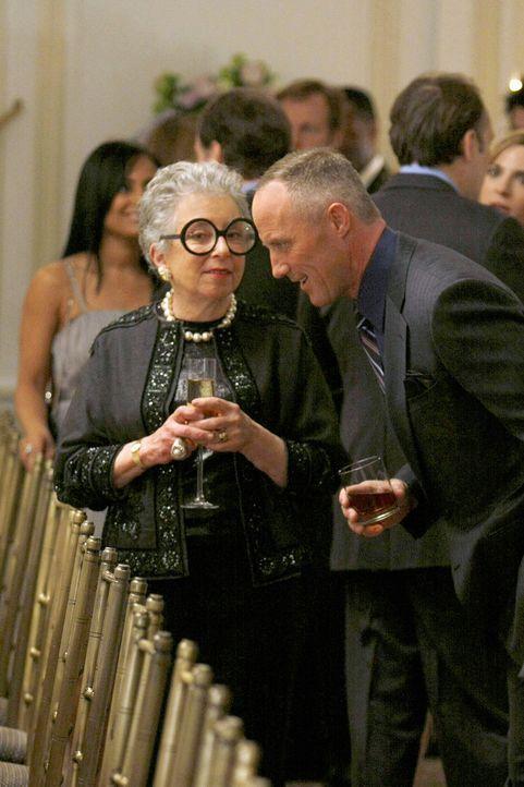 Beim Probeessen zur bevorstehenden Hochzeit zwischen Bart (Robert John Burke, r.) und Lilly sind allerhand illustre Gäste geladen. Deshalb hoffen d... - Bildquelle: Warner Bros. Television