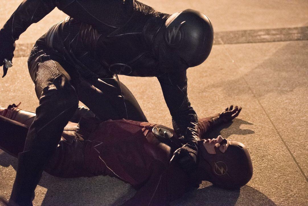 Zoom (Tony Todd, oben) macht Barry alias The Flash (Grant Gustin, unten) und ganz Central City klar, wer der schnellste Mann beider Welten ist ... - Bildquelle: 2015 Warner Brothers.