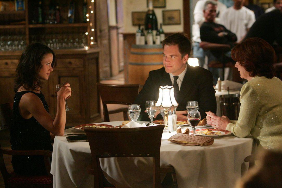 Tony DiNozzo (Michael Weatherly, M.) trifft sich mit Jeanne (Scottie Thompson, l.) und deren Mutter Dr. Helen Berkley (Sara Botsford, r.) zum Abende... - Bildquelle: CBS Television