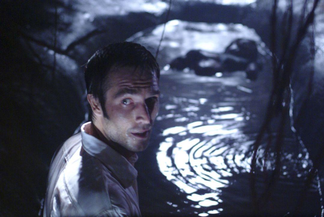 Es gibt für Pete (Michael Vartan) und die anderen Passagiere nur einen Weg der monströsen Panzerechse zu entkommen - und der führt durchs Wasser. Da...