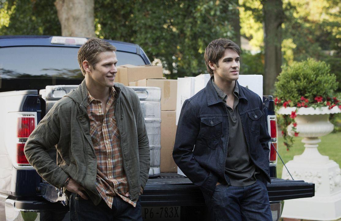 Früher verband Matt (Zach Roerig, l.) und Jeremy (Steven R. McQueen, r.), dass sie die einzigen normalen Menschen in der Clique waren ... - Bildquelle: Warner Brothers