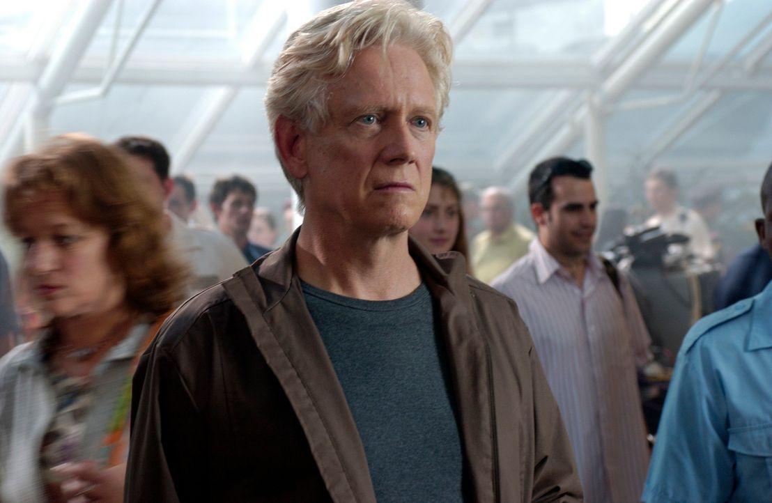 Im Flughafen überkommt den Parapsychologen Stan Lathem (Bruce Davison) eine Vision: Er sieht eine Familie - Vater, Mutter und kleine Tochter - und e... - Bildquelle: The Sci-Fi Channel