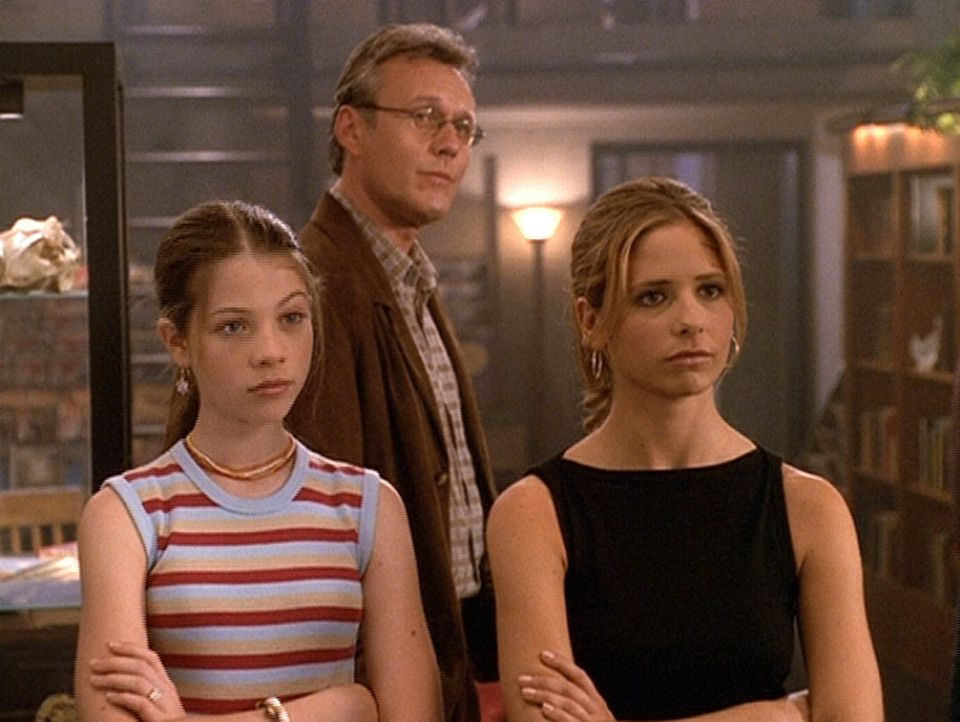 Buffy (Sarah Michelle Gellar, r.), Dawn (Michelle Trachtenberg, l.) und Giles (Anthony Stewart Head, M.) sind über den ungebetenen Besuch im Zauberl... - Bildquelle: TM +   2000 Twentieth Century Fox Film Corporation. All Rights Reserved.