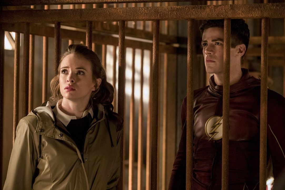 Während Caitlin (Danielle Panabaker, l.), Barry alias The Flash (Grant Gustin, r.), Cisco und Julian auf Erde 2 in die Fänge der Gorillas geraten, s... - Bildquelle: 2016 Warner Bros.
