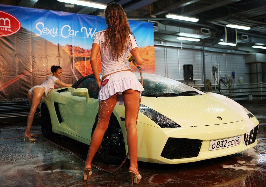 Model-car-wash-Russia-Lamborghini-100805-WENN-com - Bildquelle: WENN.com