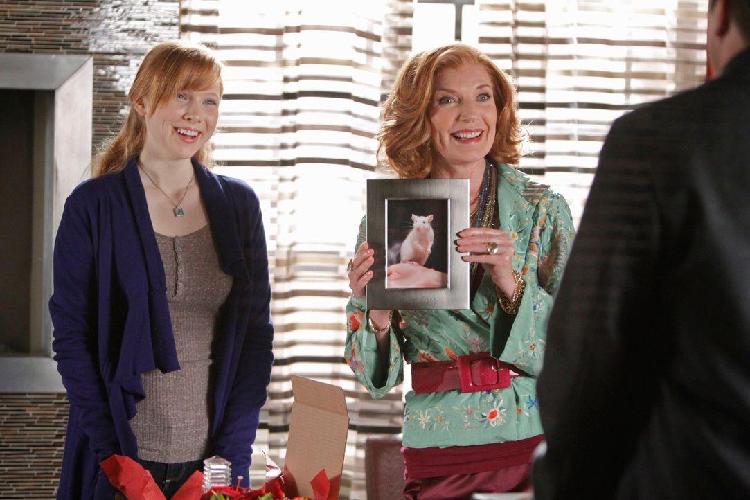 Martha (Susan Sullivan, M.) zeigt Castle (Nathan Fillion, r.), was sich Alexis (Molly C. Quinn, l.) zum Valentinstag für ihren Freund hat einfallen... - Bildquelle: ABC Studios