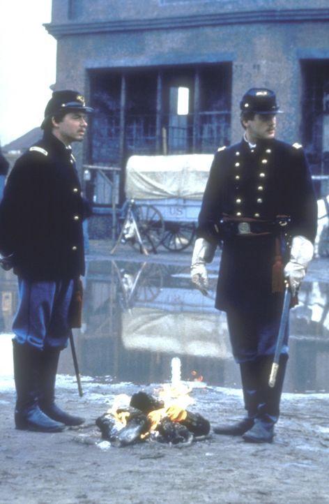 Gegen alle Widerstände ihrer Vorgesetzten gelingt es Colonel Shaw (Matthew Broderick, l.) und Major Forbes (Cary Elwes, r.) dennoch, aus den Rekrut... - Bildquelle: TriStar Pictures