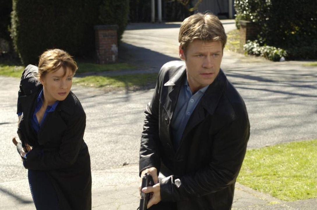 Machen sich auf die Suche nach Maia, die von ihrer angeblichen Schwester entführt wurde: Tom (Joel Gretsch, r.) und Diana (Jacqueline McKenzie, l.)... - Bildquelle: Viacom Productions Inc.
