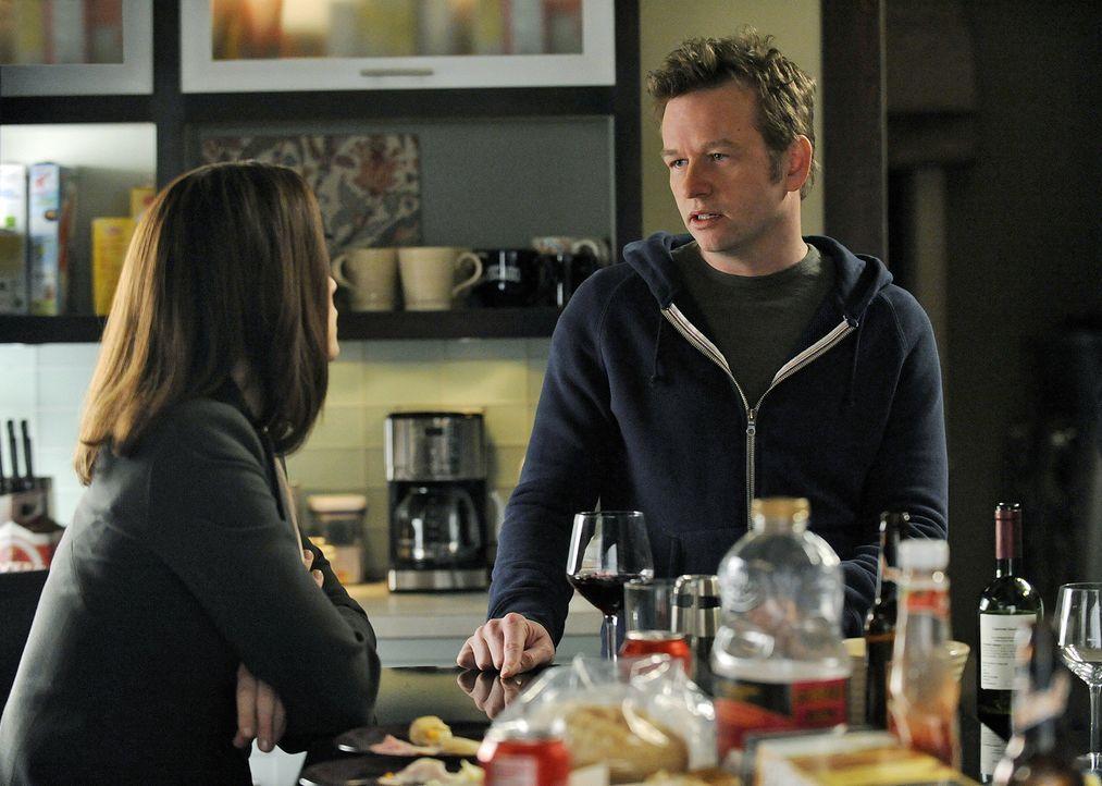 Alicia (Julianna Margulies, l.) erhält Unterstützung von ihrem Bruder Owen Cavanaugh (Dallas Roberts, r.) ... - Bildquelle: CBS Broadcasting Inc. All Rights Reserved
