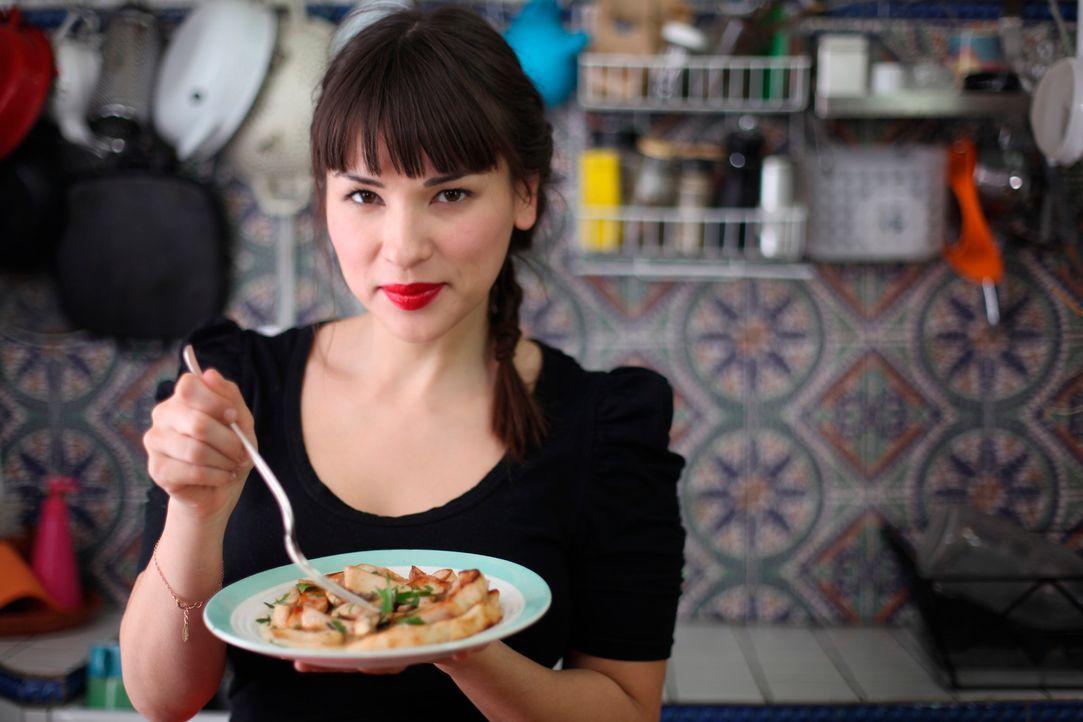 Rachel Khoo räumt mit den Klischees über französisches Essen auf und zeigt die moderne, unwiderstehliche Art, französisch zu kochen ... - Bildquelle: Daniel Lucchesi Plum Pictures 2012