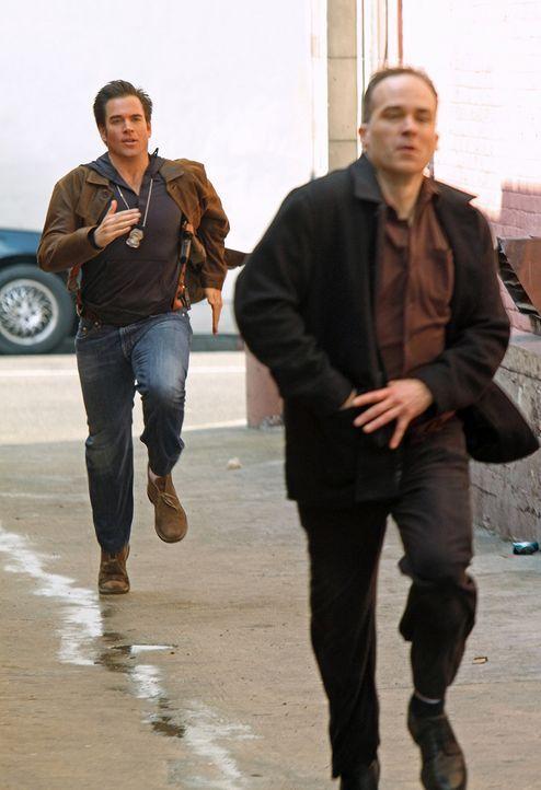 Rückblick ins Jahr 2001: Tony (Michael Weatherly, l.) bei seinen Ermittlungen ... - Bildquelle: CBS Television