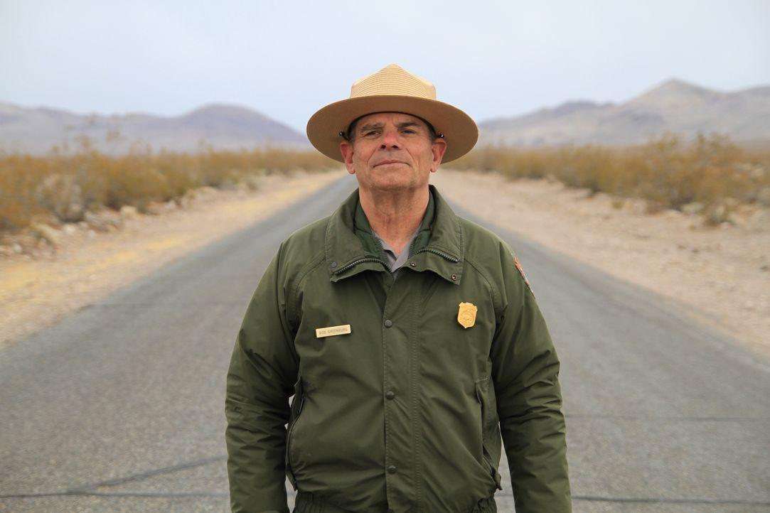 Death Valley Nationalpark-Ranger Bob Greenberg (Foto) beobachtet in seinem Revier auf der Racetrack Playa ein kleines Phänomen: Was hat es mit den w... - Bildquelle: Stephen Scott Cineflix 2009