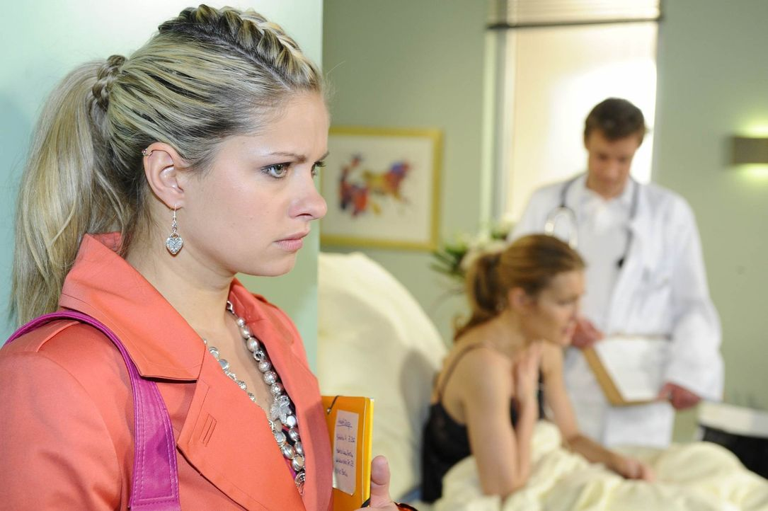 Nachdem Mia (Josephine Schmidt, l.) im Krankenhaus erfahren hat, dass Annett (Tanja Wenzel, M.) von ihrer Affäre mit Alexander weiß und dadurch ih... - Bildquelle: SAT.1