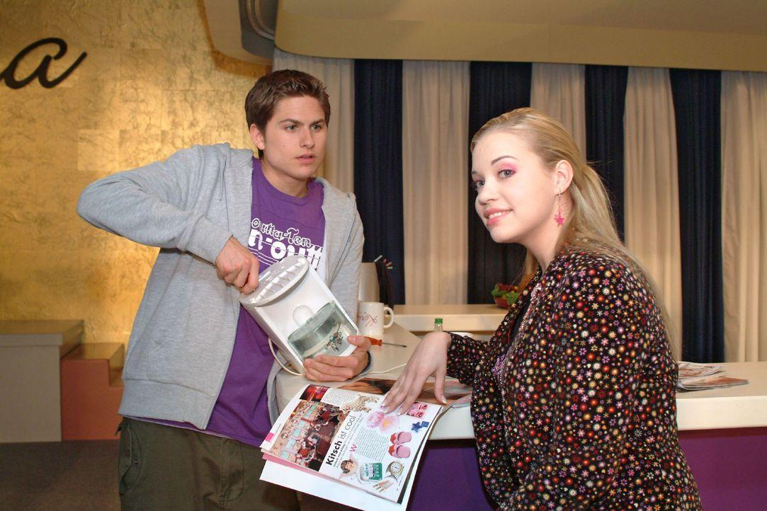 Kim (Lara-Isabelle Rentinck, r.) zuliebe geht Timo (Matthias Dietrich, l.) finanziell an seine Grenzen. - Bildquelle: Sat.1