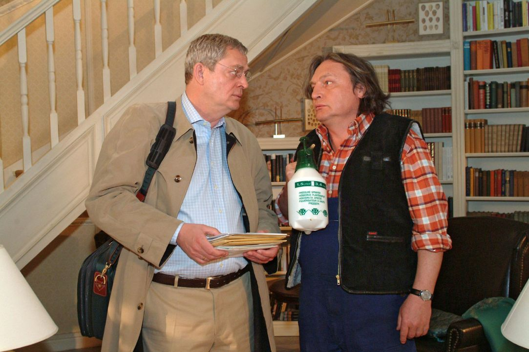 Bernd (Volker Herold, r.) ist überrascht, dass Friedrich (Wilhelm Manske, l.) vorzeitig und allein aus dem Urlaub zurückgekommen ist. - Bildquelle: Monika Schürle Sat.1