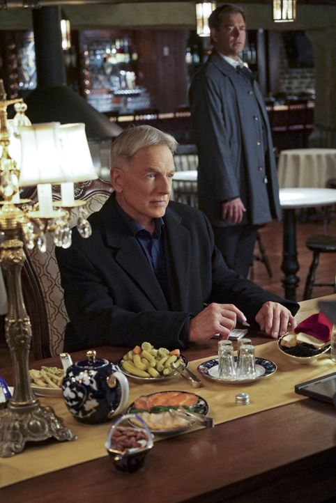 Ein neuer Fall, bei dem Abbys Bruder eine Rolle spielt, beschäftigt Gibbs (Mark Harmon, l.) und Tony (Michael Weatherly, r.) ... - Bildquelle: Bill Inoshita 2015 CBS Broadcasting, Inc. All Rights Reserved
