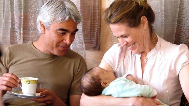Das Glück scheint perfekt: Susan Haglof (r.) und ihr Partner Medhat (l.) halt...