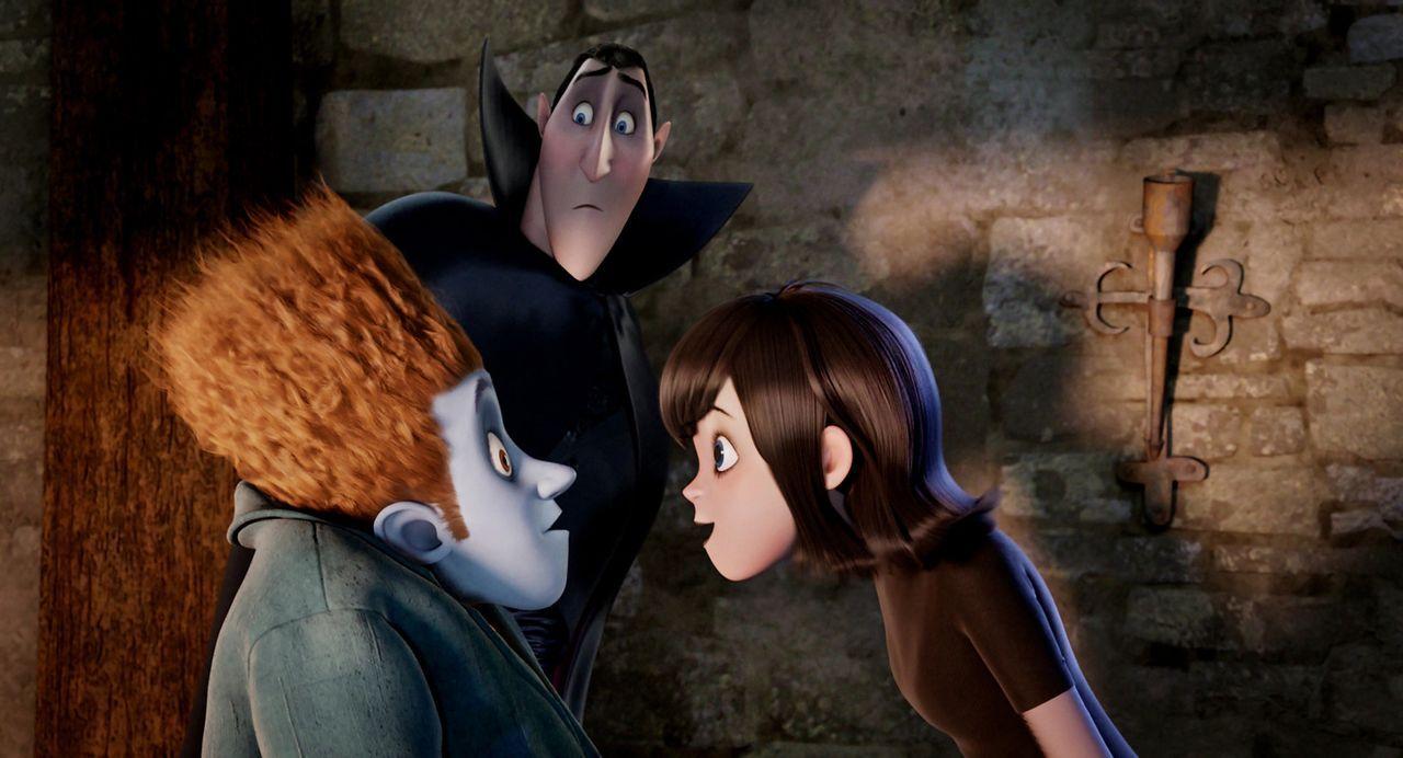 Graf Draculas (M.) schlimmste Befürchtungen scheinen wahr zu werden: Seine über alles geliebte Tochter Mavis (r.) hat keine Angst mehr vor der Welt... - Bildquelle: 2012 Sony Pictures Animation Inc. All Rights Reserved.