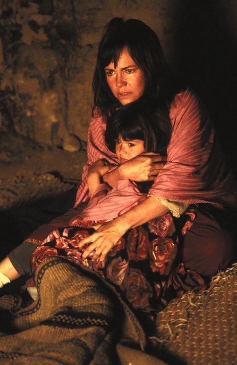 Bei der Schweizer Botschaft rät man Betty (Sally Field, hinten), den Iran ohne ihre Tochter Mahtob (Sheila Rosenthal, vorne) zu verlassen, doch das... - Bildquelle: 1991 METRO-GOLDWYN-MAYER STUDIOS INC. All Rights Reserved.