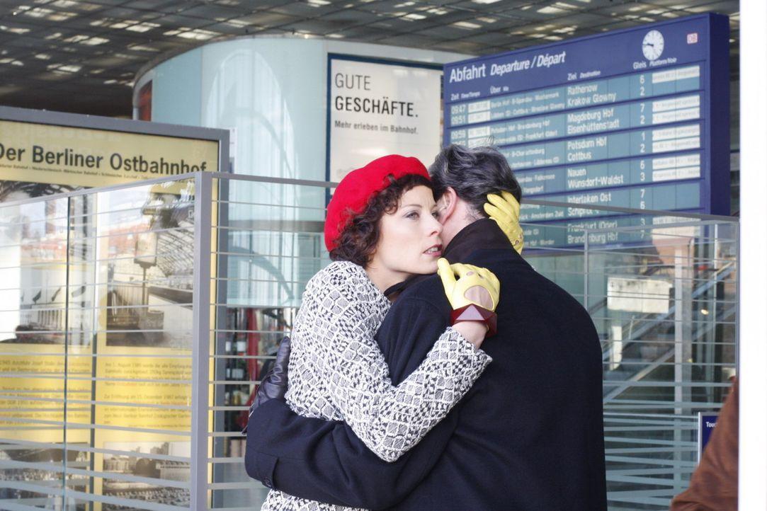 Werden sich ihre Wege trennen? Emily Körner (Anna Schäfer, l.) und Julius Aden (Günter Barton, r.) ... - Bildquelle: SAT.1