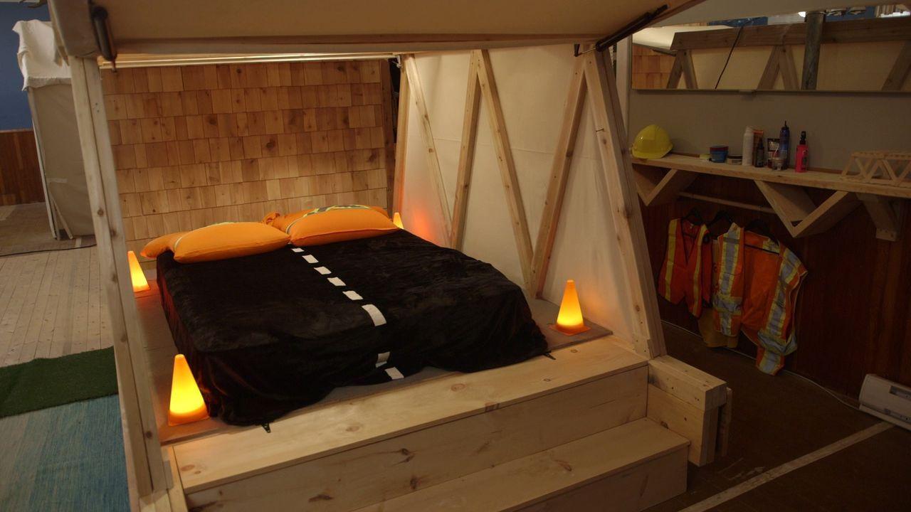 Ein eigenes rustikales Gästezimmer mit erhöhtem Bett und warmem Licht - genauso wie Walker es am liebsten mag ... - Bildquelle: Brojects Ontario LTD 2017
