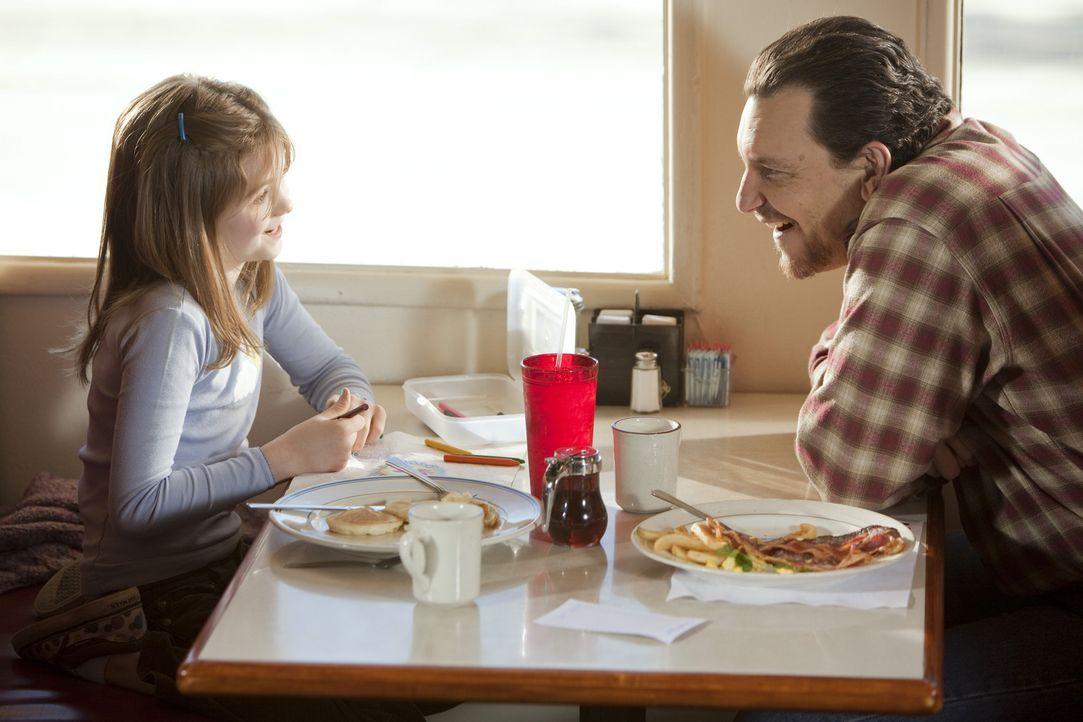 Wade Hatchett (Bradford Tatum, r.) will für seine Tochter Jody (Morgan Lily, l.) eine neue Mutter, und dafür geht er über Leichen ... - Bildquelle: Touchstone Television