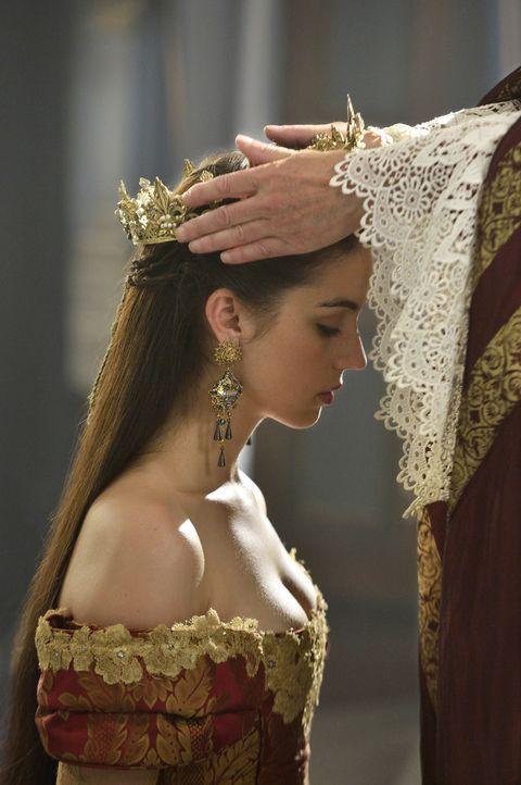 Eine ausschweifende Krönungszeremonie macht Mary, Königin von Schottland (Adelaide Kane), schließlich auch zur Königin von Frankreich ... - Bildquelle: Ben Mark Holzberg 2014 The CW Network, LLC. All rights reserved.
