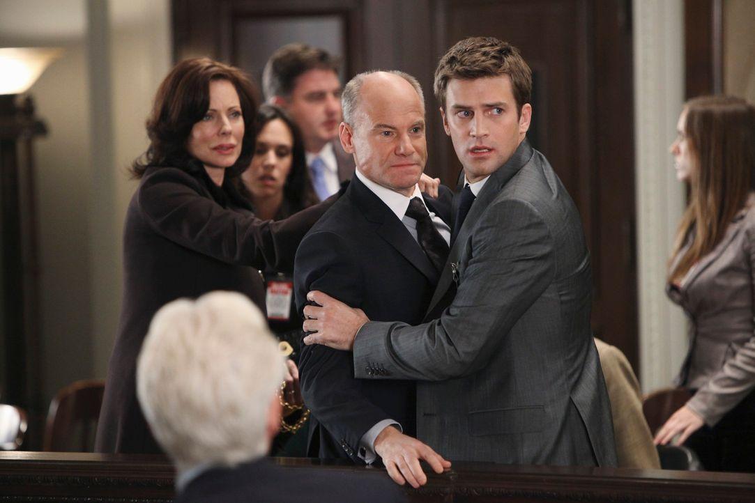 Randolph Addison (Jim Meskimen, M.) ist außer sich vor Wut, als die Gerichtsverhandlung vertagt wird. Sein Sohn Stephen (Houston Rhines, r.) versuch... - Bildquelle: ABC Studios