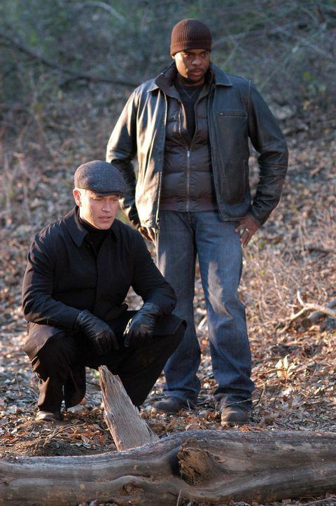 Zwei Polizisten in Baltimore sind an der Pest erkrankt. Connor (Neal McDonough, l.) und Powell (Troy Winbush, r.) suchen nach einen Hinweis des Kran... - Bildquelle: CBS Television