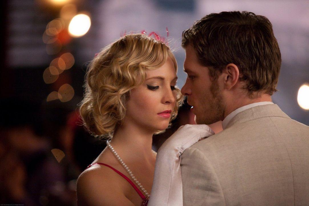 Auf der zwanziger Jahre Party eröffnet Klaus (Joseph Morgan, r.) Caroline (Candice Accola, l.), dass er vorhat, am Tag darauf fortzugehen ... - Bildquelle: Warner Brothers