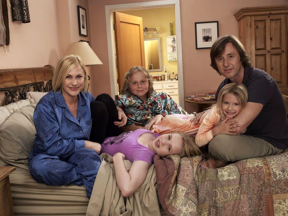 (7. Staffel) - Ihre Familie bedeutet Allison (Patricia Arquette, l.) alles: Joe (Jake Weber, r.), Ariel (Sofia Vassilieva, vorne 2.v.l.), Bridgette... - Bildquelle: Paramount Network Television