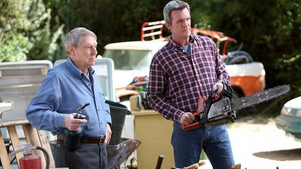 Während Mikes (Neil Flynn, r.) Vater Big Mike (John Cullum, l.) ihm vorwirft,...