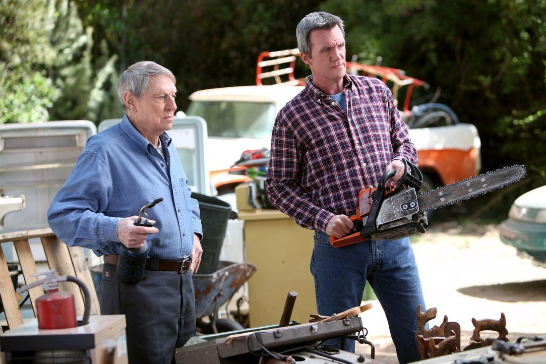 Während Mikes (Neil Flynn, r.) Vater Big Mike (John Cullum, l.) ihm vorwirft, dass dieser mit Brick zu sanft umgeht, wird Axl erneut gezwungen, mit... - Bildquelle: Warner Brothers