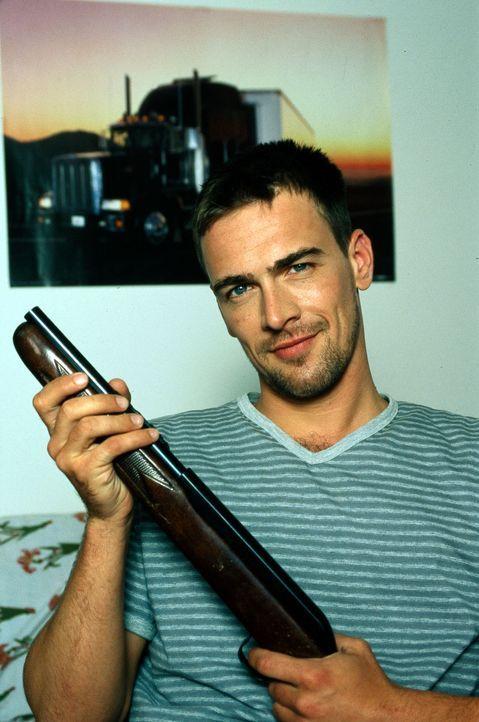 Christian Sandner (Wolfgang Krewe) macht sich durch einen Waffenkauf verdächtig. Aber ist er auch ein Mörder? - Bildquelle: Ali Schafler Sat.1
