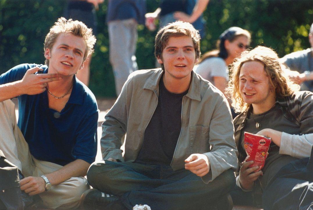 Noch genießen die zukünftigen Abiturienten André (Tim Egloff, l.), Markus (Daniel Brühl, M.) und Steven (Christian Näthe, r.) die Sorglosigkeit... - Bildquelle: Constantin Film