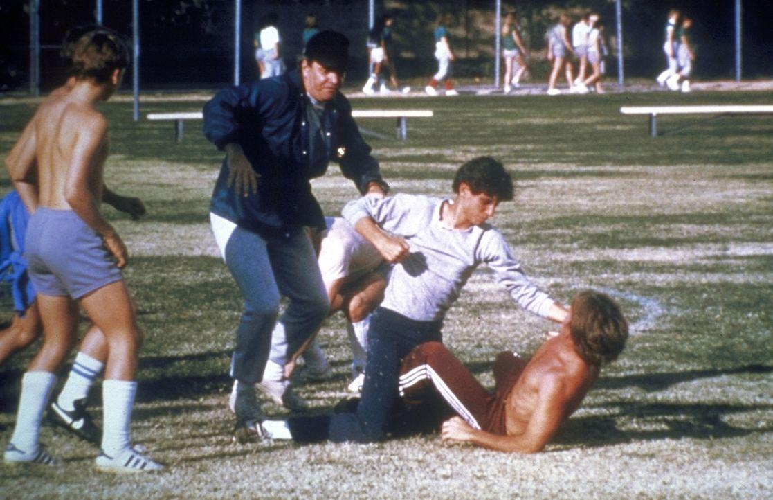 Der arme Daniel (Ralph Macchio, 2.v.r.) versucht, sich nicht unterkriegen zu lassen, doch die anderen Jungs sind in der Überzahl und sind auch die... - Bildquelle: Columbia Pictures
