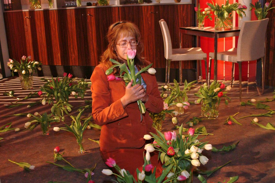 Lisa (Alexandra Neldel) schnuppert an einer Tulpe und träumt sich davon ... (Dieses Foto von Alexandra Neldel darf nur in Zusammenhang mit der Beric... - Bildquelle: Sat.1