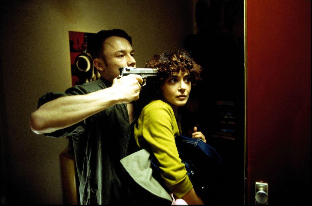 Ralf (Oliver Hasenfratz, l.) fühlt sich in die Enge getrieben und droht, seine türkische Freundin Canan (Sascha Laura Soydan, r.) zu erschießen. - Bildquelle: Leslie Haslam Sat.1