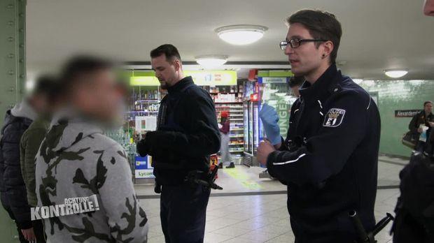 Achtung Kontrolle - Achtung Kontrolle! - Thema.u.a.:illegale Waffe - Polizeiwache Alexanderplatz