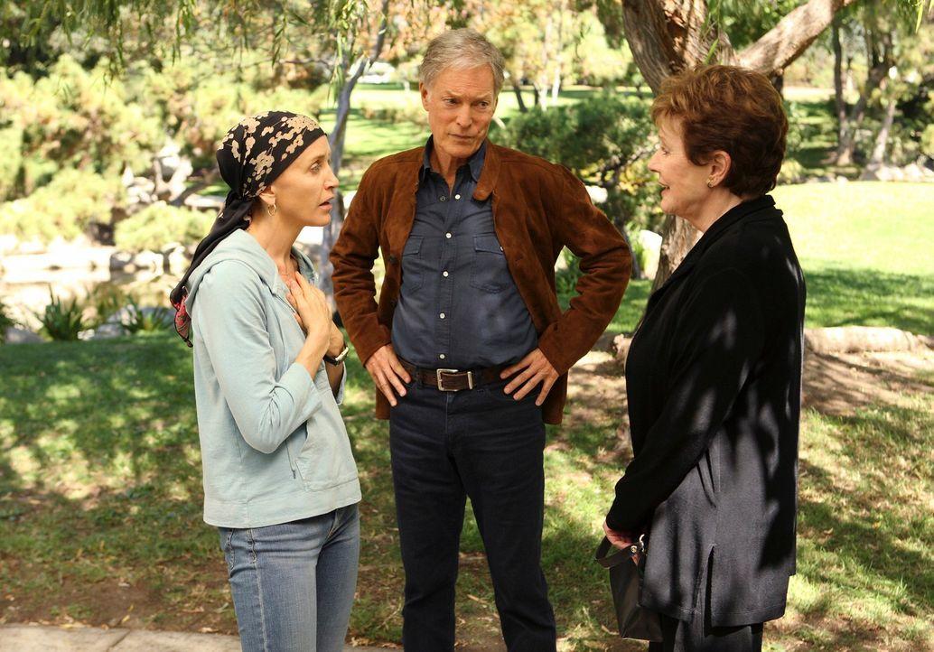Lynettes Stiefvater Glen (Richard Chamberlain, M.) erscheint bei den Scavos und das Wiedersehen zwischen ihm und Lynette (Felicity Huffman, l.) fäll... - Bildquelle: ABC Studios