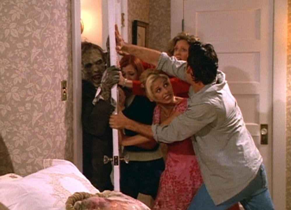 Buffy (Sarah Michelle Gellar, M.) und ihre Freunde versuchen verzweifelt, sich den Zombie vom Leib zu halten ... - Bildquelle: TM +   2000 Twentieth Century Fox Film Corporation. All Rights Reserved.
