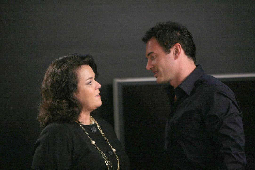 Die Lotteriegewinnerin Dawn Budge (Rosie O'Donnell, l.) bietet Christian (Julian McMahon, r.) ein Vermögen an, wenn er mit ihr ins Bett geht ... - Bildquelle: TM and   2004 Warner Bros. Entertainment Inc. All Rights Reserved.