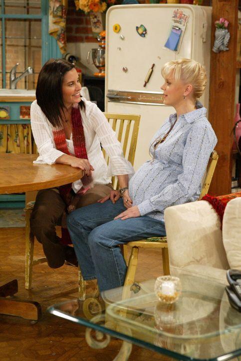 Voller Spannung wartet Monica (Courteney Cox, l.) auf Ericas (Anna Faris, r.) Baby ... - Bildquelle: Warner Bros. Television