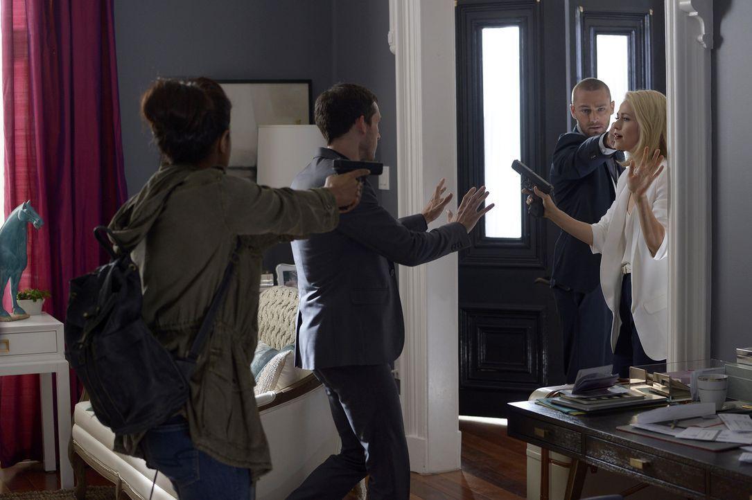 Auf wen kann Alex (Priyanka Chopra, l.) bei ihrer Flucht und der Suche nach dem wahren Attentäter wirklich zählen? Shelby (Johanna Braddy, r.), Ryan... - Bildquelle: 2015 ABC Studios