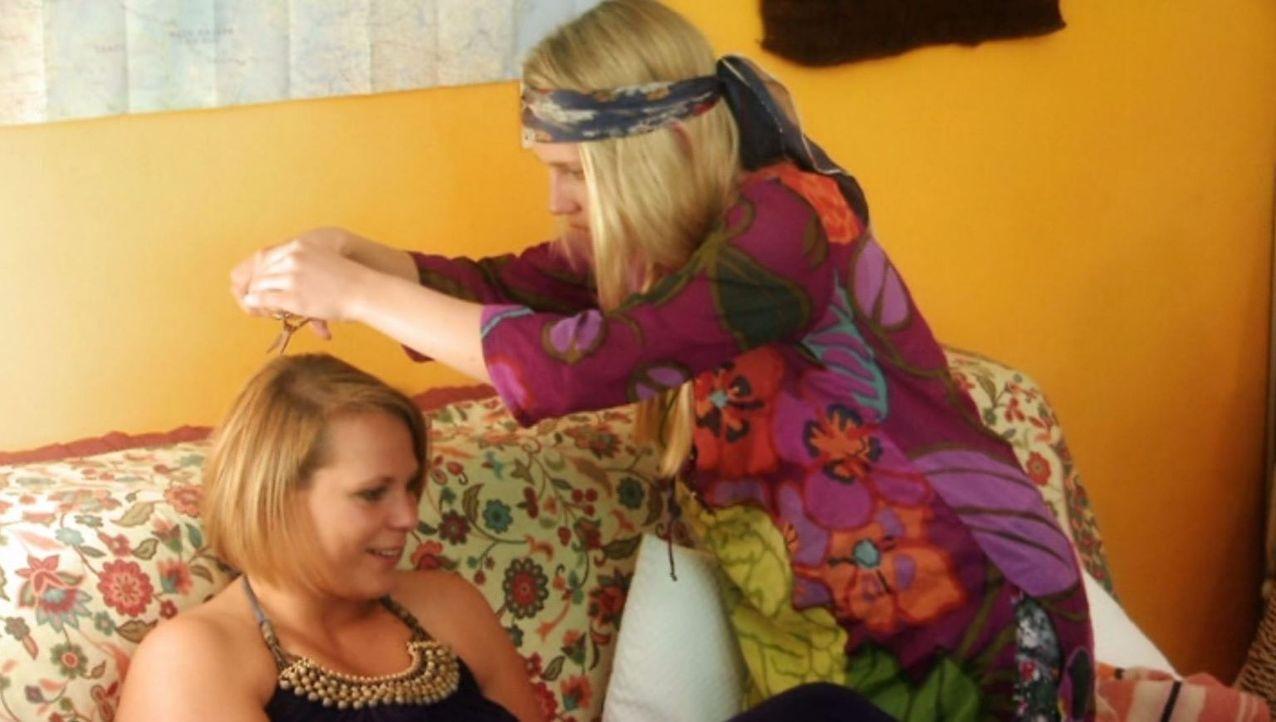 Als Magdalena (l.) die Schwester (Claudia Hinterecker, r.) ihres Freundes kennenlernt, beginnt für sie der reinste Horror ... - Bildquelle: SAT.1