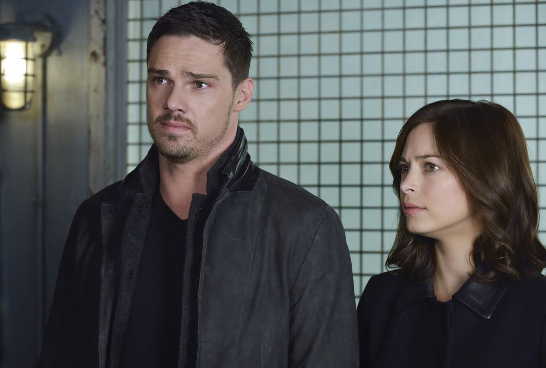 Eine Infektion mit dem Beast-Blut könnte die Opfer zu Massenmördern machen. Catherine (Kristin Kreuk, r.) und Vincent (Jay Ryan, l.) müssen das verh... - Bildquelle: Ben Mark Holzberg 2015 The CW Network, LLC. All rights reserved.