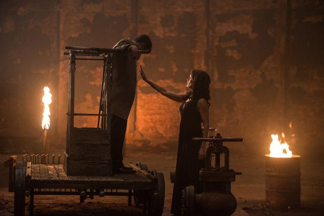 Amara (Emily Swallow, r.) macht deutlich, dass sie vor nichts zurückschreckt, um Gott auf sich aufmerksam zu machen. Schließlich stattet sie Dean so... - Bildquelle: 2014 Warner Brothers